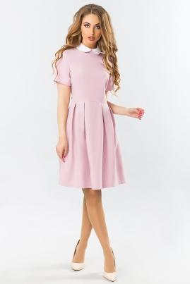 Розовое платье с белым круглым воротником и складами