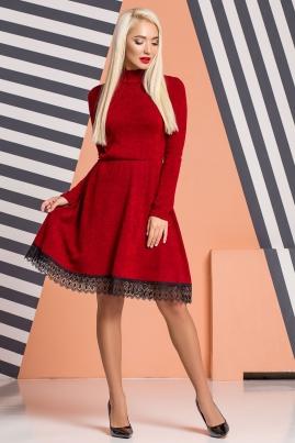 Темно-красное платье под горло с кружевом