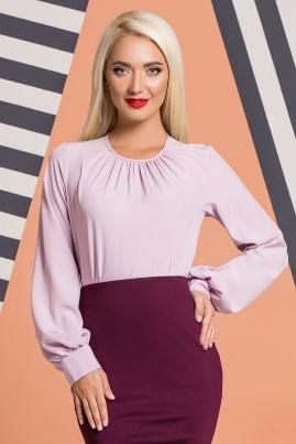 Сиреневая блузка со складками и широкими рукавами