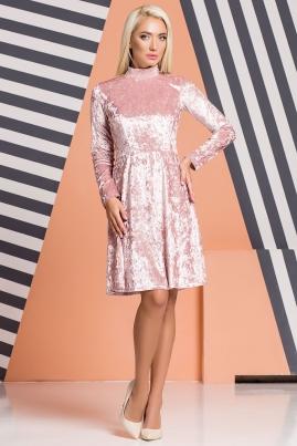 Розовое велюровое платье под горло