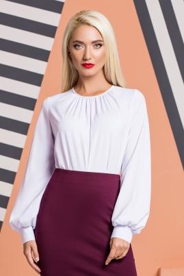 Белая блузка со складками и широкими рукавами