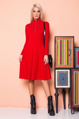 Красное платье со сборками и золотистой молнией